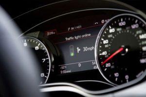 تحول درصنعت خودروسازی به کمک فن آوری اطلاعات بخش 4 - رانندگان پیش از رسیدن به چراغ راهنمایی آتی، میتوانند از وضعیت آن مطلع شده و در نتیجه سرعت خود را با توجه به آن تنظیم نمایند. این سیستم از طریق اتصال به شبکهی چراغهای راهنمایی شهر تغذیه شده و اطلاعات کافی در مورد چراغ راهنمایی پیش رو را با توجه به مسیر در حال حرکت برای راننده نمایش میدهد. این سیستم قادر است تا زمان قرمز بودن چراغ را در قالب یک زمانسنج کاهش برای راننده نمایش دهد تا از این طریق رانندگان در مسیر یا پشت چراغ قرمز قادر به مدیریت سرعت و زمان مورد نیاز برای گذر از مسیر، به رانندگی بپردازند.