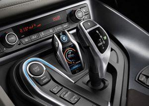 کمپانی باواریایی بیامدبلیو با معرفی خودروی مفهومی i8 خود، صنعت خودروسازی را با مفاهیم جدید از ترکیب فناوریهای نوین و خودروها آشنا کرد. این نمونهی مفهومی، دارای ویژگیهایی چون صرفهجویی در مصرف سوخت و فناوریهای ارتباطی است؛ اما یکی از شاخصترین ویژگیهای استفاده از فناوریهای روز ابزارهای قابلحمل در سوئیچ این خودرو است که کاربردهای دیگری را به آن اضافه کرده است. این سوئیچ علاوه بر برخورداری از قابلیتهای همیشگی یک سوئیچ، قادر است تا رانندهی خودرو را بدون نیاز به بودن در داخل خودرو، از میزان سوخت و انرژی الکتریکی باقی مانده آگاه سازد. همچنین با استفاده از امکانات تعبیه شده میتوان به برخی از قابلیتهای خودرو دسترسی یافته و آنها را بدون نیاز به بودن در خودرو تغییر داده و مورد استفاده قرار داد.
